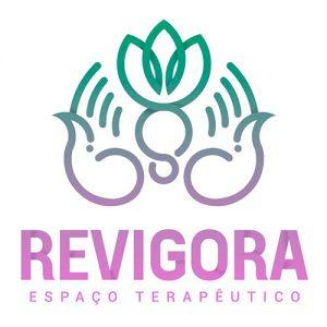 Espaço Terapêutico Revigora é um logotipo que representa duas mãos segurando uma flor de lótus. Ele tem um degradê de verde para o rosa.