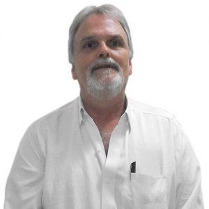 Dr. José Armando Maia Righetto - Gastroenterologia - tem cabelos, barba e bigode grisalhos. Ele está sorrindo e usa uma camisa branca.
