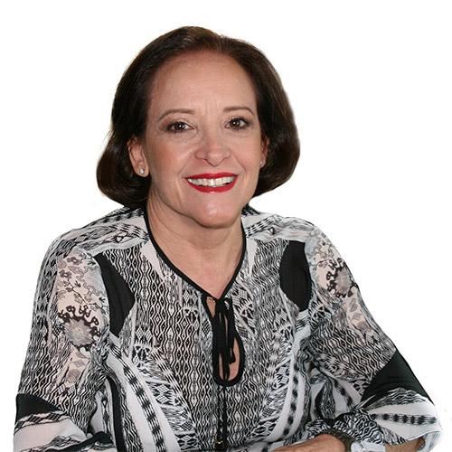 Mara Regina Giannelli Righetto - Psicóloga - ela tem cabelos curtos, estilo chanel, usa um batom vermelho e está sorrindo. Veste uma camisa preta e branca, de tecido leve, branca e preta.